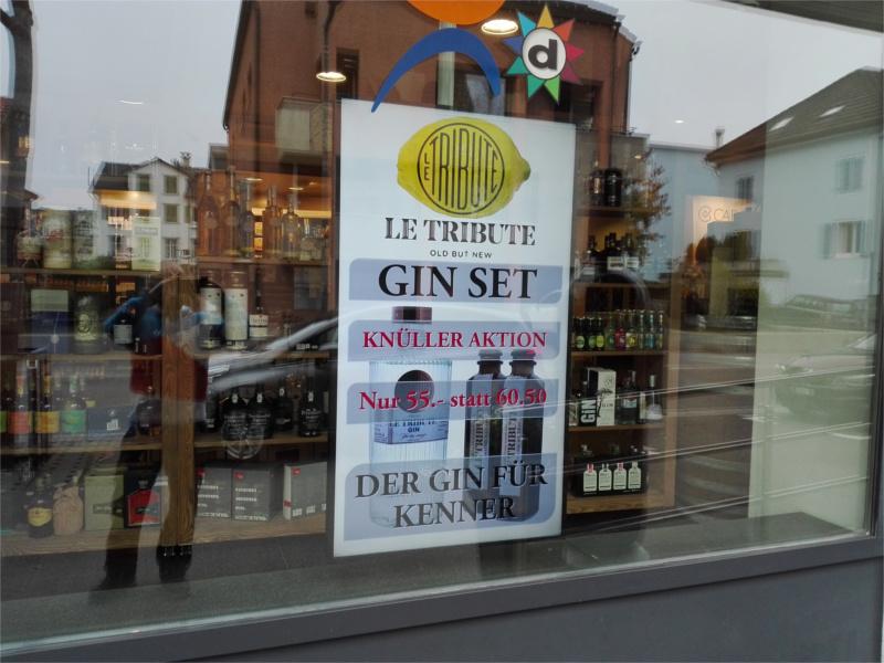 Digitale Werbung im Schaufenster bei Tagesliecht